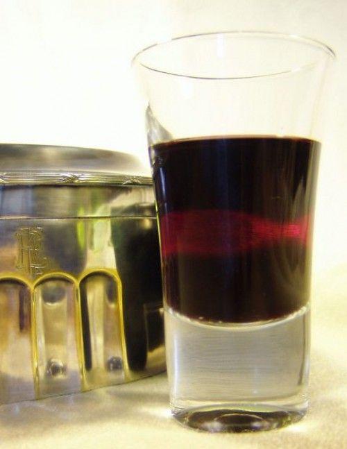 Feketeribizli-likőr - Hozzávalók  1 kg enyhén túlérett feketeribizli 1 liter tiszta szesz 1 rúd vanília 30 dkg cukor (ízlés szerint több vagy kevesebb) 1 kis rúd fahéj 4-5 szem szegfűszeg 1-2 tok kardamom diónyi friss gyömbér egy kis citrom héja, esetleg narancshéj is
