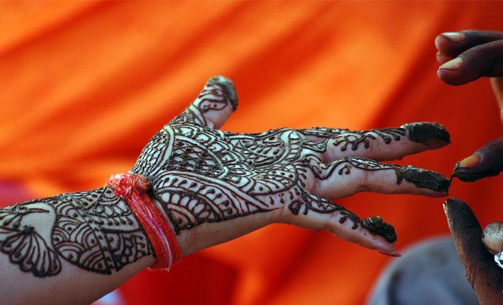 Una #mujer #hindú tiene una #mano #pintada con henna durante el #festival Teej en la norteña #ciudad #india de Allahabad. #Mujeres #hindúes #ayunar y #orar por la buena #salud y larga #vida de sus maridos durante el #festival
