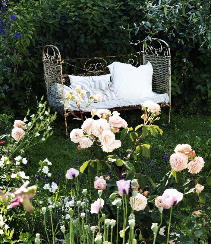 En gammal fransk barnsäng får stå i trädgården och bli ännu vackrare av rost. Kuddar från loppis och...