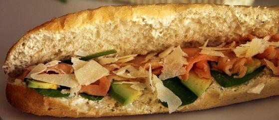 Gourmet - sandwich de primăvară cu cremă de brânză și mărar, somon afumat, avocado, baby spanac, parmezan și dressing