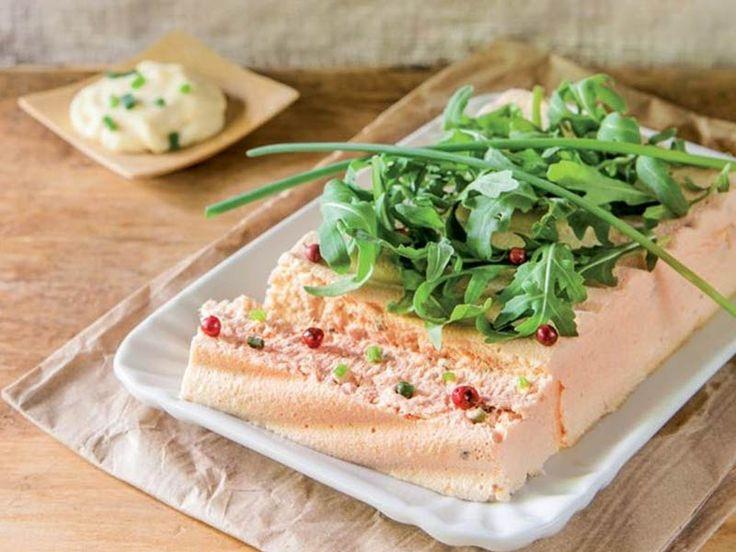 Un antipasto perfetto per le grandi occasioni: la terrina di salmone norvegese. La terrina è una ricetta ideale per aprire un menu elegante e raffinato, in particolare se abbiamo intenzione di aprire il pranzo (o la cena) con un piatto ad effetto. Al tempo stesso, la terrina di salmone norvegese non è poi così impegnativa…