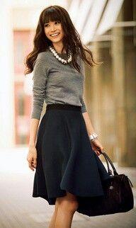 Frio, saia e delicadeza combinam sim! Suéter fininho e saia rodada de tecido mais grosso, pode ser usado uma meia calça de frio mais grossinho para aquecer tbm! (o colar da um charme a mais no visual)