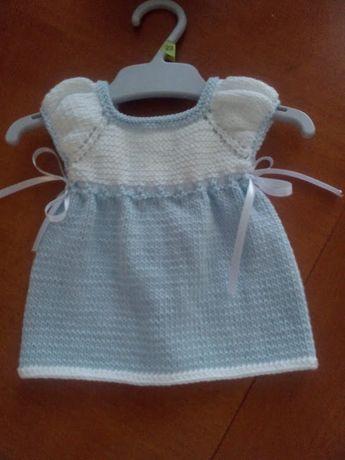 Unique: Vestido de punto blanco y azul.
