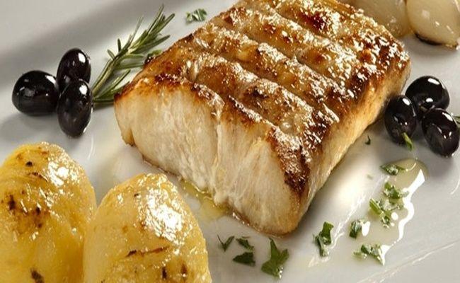 Receita de Robalo ao forno assado com batatas, popularmente conhecido como robalo, é um peixe encontrado dos Estados Unidos até o Sul do Brasil.