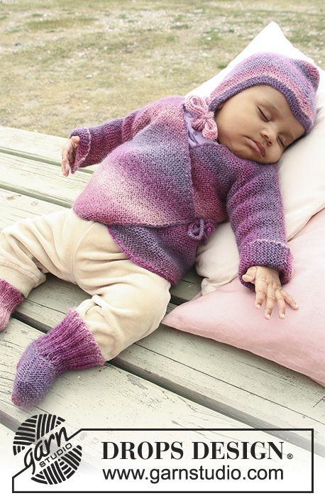 Sweet Evelina / DROPS Baby 20-1 - Das Set umfasst: Gestrickte Wickeljacke mit Krausrippen, Socken und Mütze für Babys und Kinder in DROPS Delight