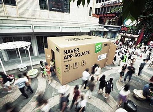 Movimento na pop up store em formato de caixa de papelão da Le Furet