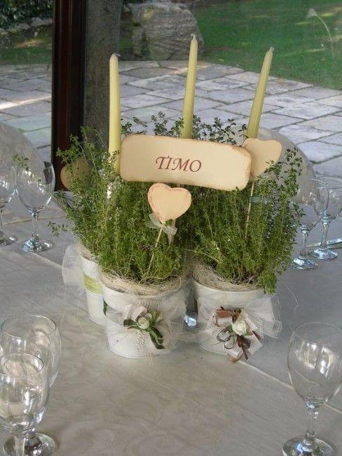Mise en place di matrimonio: centrotavola con piante aromatiche