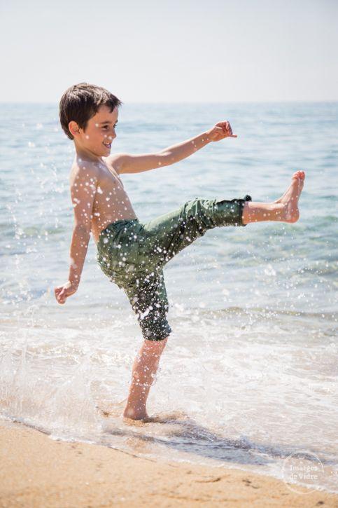 jugando en la playa, sesión de fotos familiar. playing in the beach, familiar photoshoot. www.imatgesdevidre.com