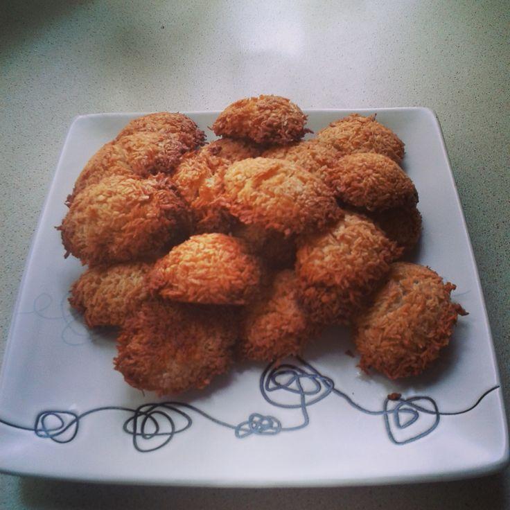 A może coś słodkiego :)  Polecamy nasz przepis na pyszne kokosanki z olejem kokosowym, wanilią i kardamonem  Przepis dostępny na naszym blogu http://ymt24.pl/kokosanki-z-olejem-kokosowym-wanilia-kardamonem #kokos #coconut #cookies #ciasteczka #kokosanki #olejKokosowy #coconutoil #sweets #homemade #blog #przepis #ymt24