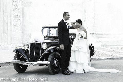 #love #amore #oldcar #macchina #blackandwhite #biancoenero #sposi #marriedcouple #monicapallonifotografa #photographer #photo #foto #moments #attimi #momenti