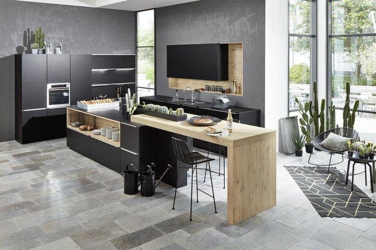 couleur cuisine tendance 2017 : meubles noir mat, peinture gris anthracite et îlot de cuisine en bois clair