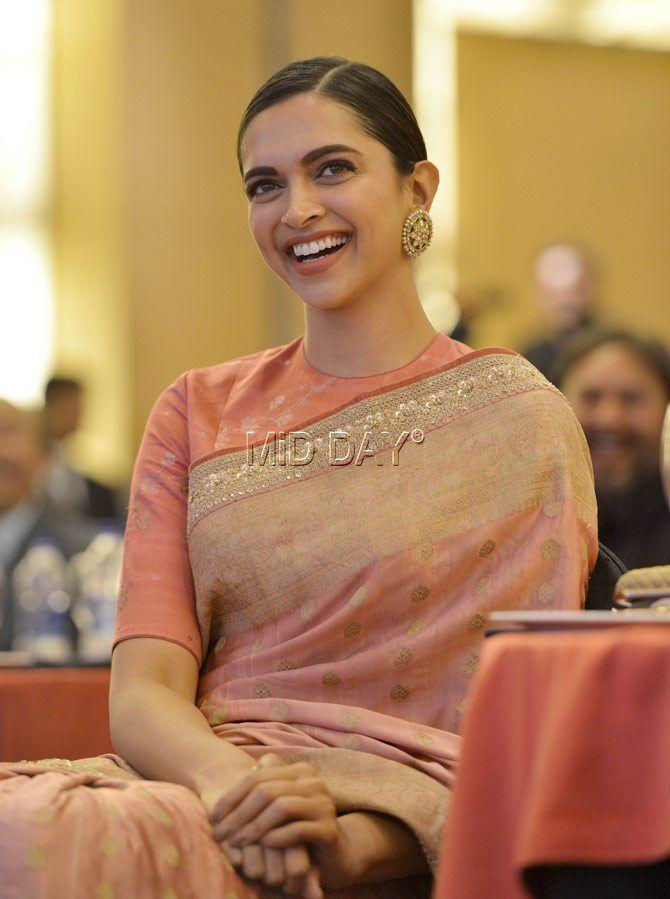 Deepika Padukone's gorgeous smile captured in this candid photo #Fashion #style #dress #dresstoimpress #shimmer #girlboss #bollywoodfashion #bollywood #fashiontrends #fashion #saree #pink