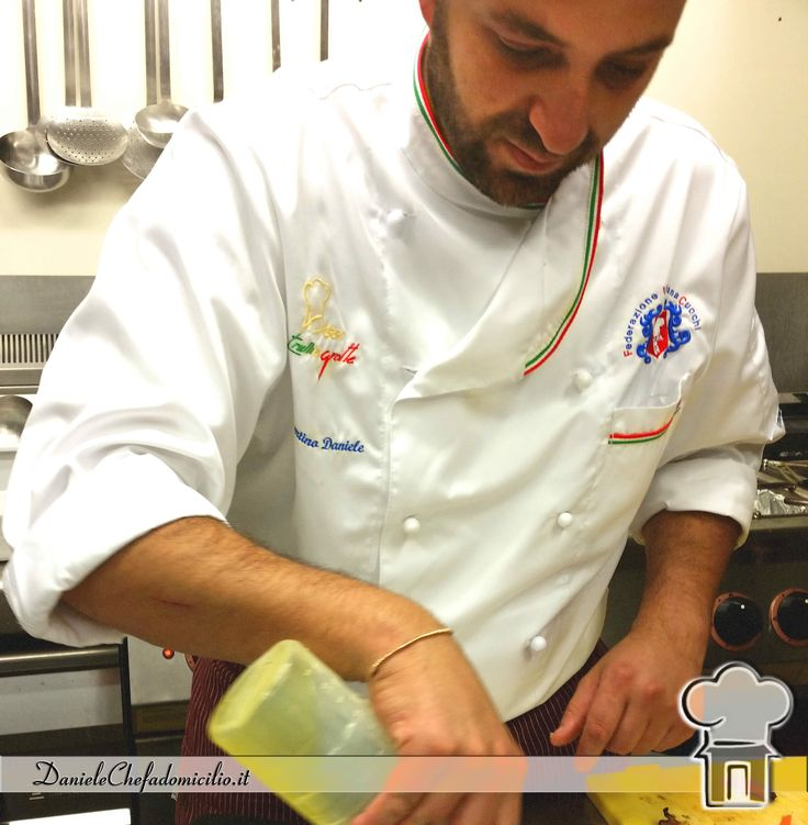 La serietà e la professionalità di uno chef a domicilio si nota anche dalla sua eleganza: del vestire e dei movimenti. www.danielechefadomicilio.it