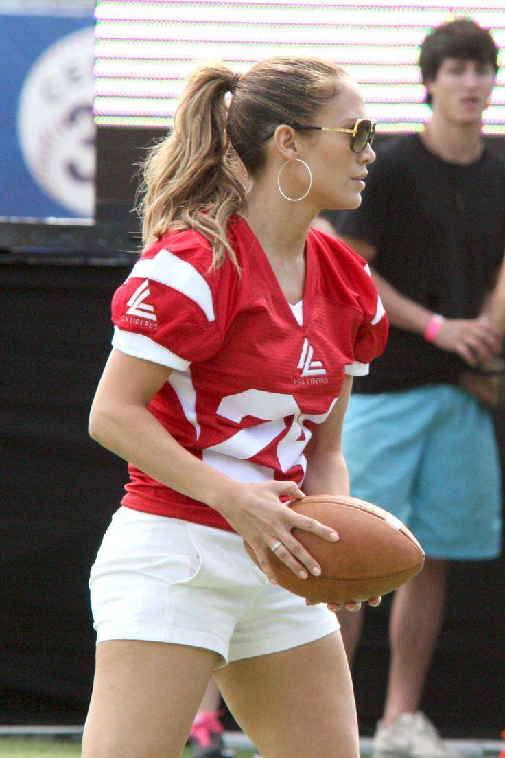 Bendita caridad que nos da la oportunidad de ver a Jennifer López en pantalones cortos mostrando su mejor talento en una cancha de fútbol americano.