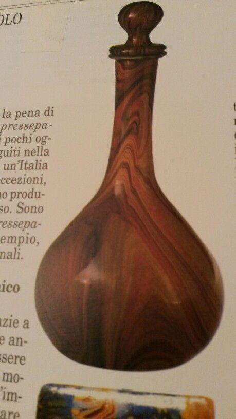 Bottiglia con tappo di Lorenzo  Radi.  1856 circa. È un vetro soffiato  e lavorato a calcedonio con predominanza del rosso.