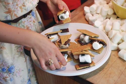 s'mores  Koekje/chocolade/marshmellow/koekje Op de bbq/kampvuur/oven Hmmmmmm