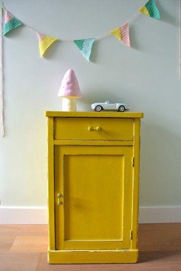 vintage geel kastje