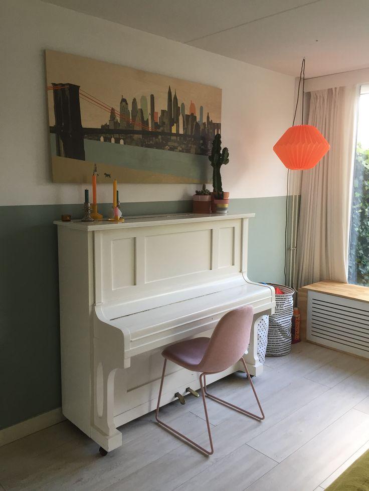 Storywood New York. Oranje lamp papier. Roze stoel Kwantum. Cactus in terracotta pot. Diverse kandelaars, onder andere van House Doctor en Normann Copenhagen.