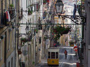 A dozen reasons why Lisbon is the hippest city in Europe / Ein Dutzend Gründe, warum Lissabon die hippste Stadt Europas ist - via Sören Peters, Fluchtplan 12.02.2014 | Photo: Ein Tagesticket gilt nicht nur für U-Bahn und Busse, sondern auch für die Aufzüge. (Foto: PR/carris.pt)
