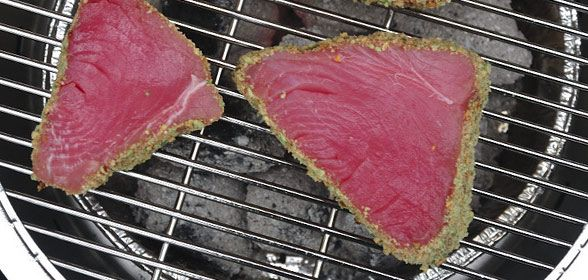 Tonijn met wasabisaus is een Japans recept. de saus is pittig en zeer smakelijk. Tonijn is perfect voor de barbecue en makkelijk te grillen.