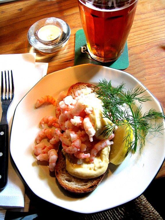 Hyvä iltapala! http://umami.fi/ruoka-juoma/mervi/iki-ihanat-tanskalaiset-voileivat/
