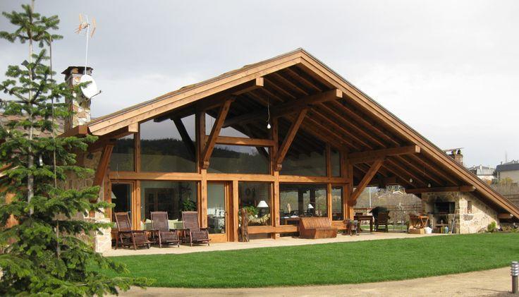 Fachada com estrutura em madeira e janelas amplas de vidro