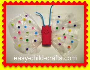 Vlinder met plastic zak vleugels, toaletní trubička a plastový sáček