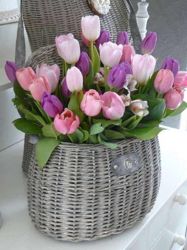 Tulipanes en cesta de mimbre