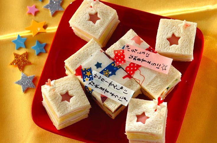 縦長にカットしたサンドイッチに、願いごとを書いたワックスペーパーを巻きましょう。サンドイッチの表面を星型で抜いて、可愛くアレンジ。