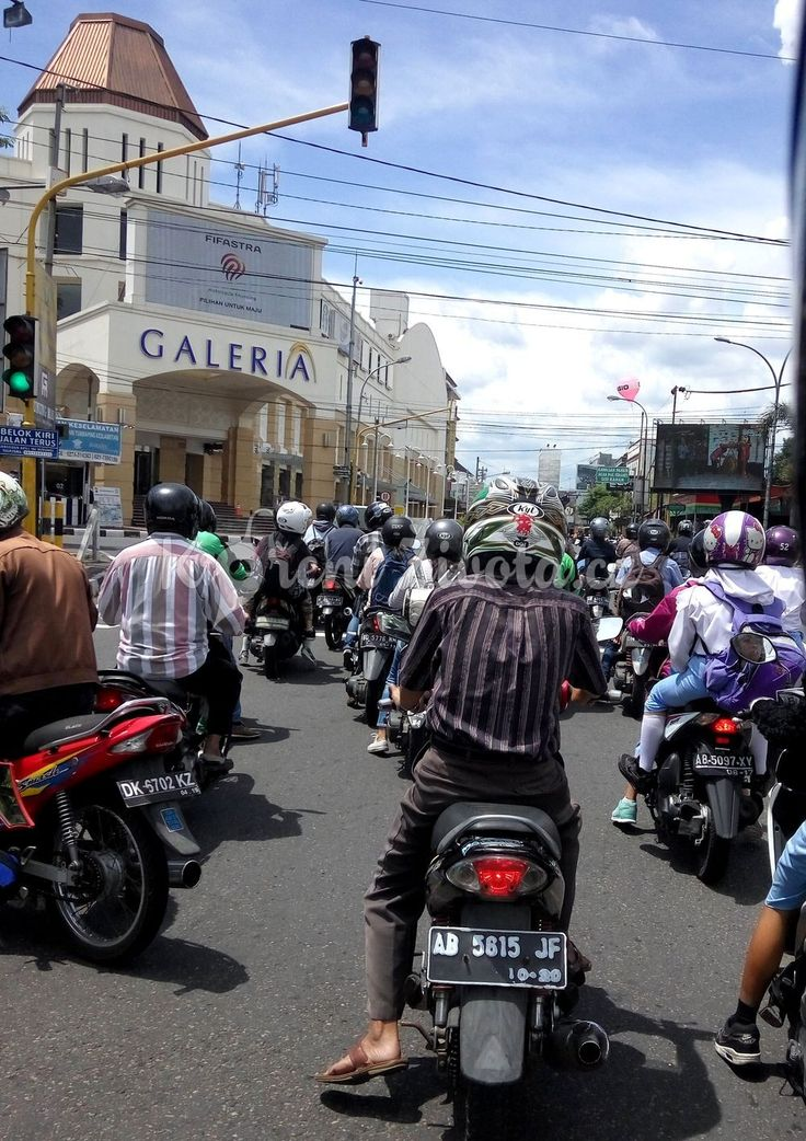 """K dopravě v Asii neodmyslitelně patří skútry a motorky. A i přes místní """"chaos"""" má doprava určitá """"pravidla"""", nejsou sice psaná ani daná, ale více méně se dodržují. Pojďme se mrknout na dopravní pravidla v Indonésii, protože pokud se chystáte na Bali, nebo další ostrovy, zaručeně se vám budou hodit."""