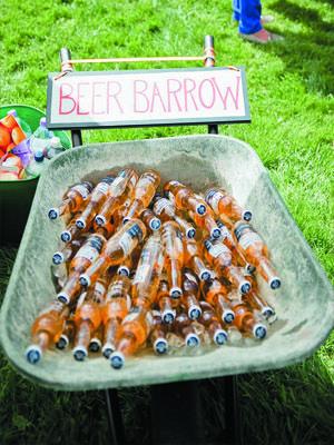 садовая тачка с пивом