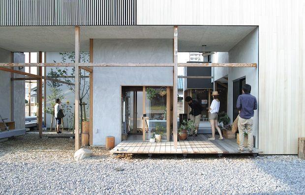 愛知県岡崎市にある「竜美丘コートビレジ」は、家庭や仕事の変化に合わせて自在に部屋を使える、新しいかたちの集合住宅。現在は一般の家庭や八百屋さん、ネイルサロン、 設計事務所などが入居しています。近ごろ、こちらではじまったマルシェが人気を集めています。…