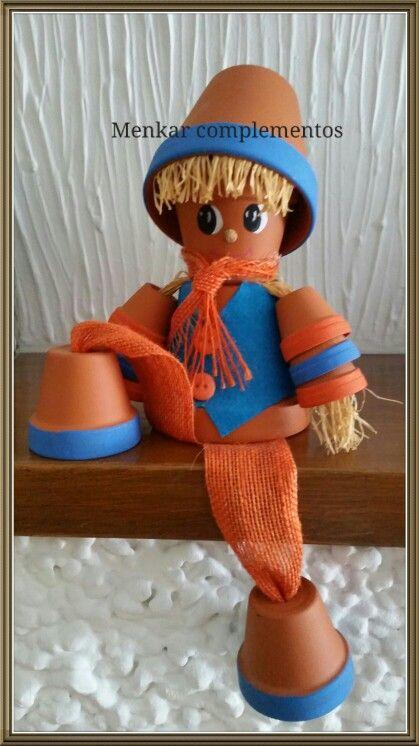 Muñeco realizado con macetas de terracota.