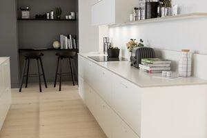 Köksinspiration - Kök från Ballingslöv i utförande System 10. Med köksluckan Bistro i vit färg.  Här är köksön helt klädd i 12 mm vit kompositsten.