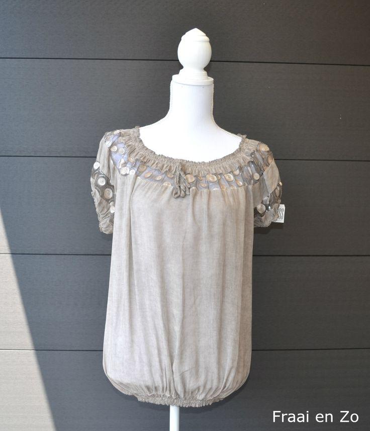 Taupe kleurige zomer blouse. Erg leuk!!