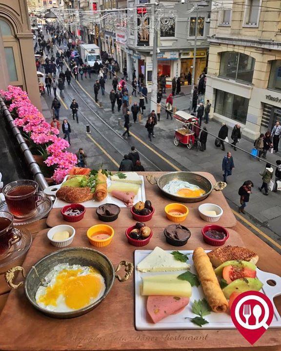 """Kahvaltı Tabağı - Beyoğlu Halk Döner Restaurant / İstanbul (İstiklal Caddesi)  Çalışma Saatleri 07:00-01:00  Kahvaltı Servisi 07:00-12:00  0 212 243 67 59  10 / Kişi Başı Alkolsüz Mekan  Paket Servis Yok  Sodexo Ticket Setcard Multinet Var Açık Alan Var   Otopark Yok DAHA FAZLASI İÇİN YOUTUBE """"YEMEK NEREDE YENİR"""" TAKİP ET  Sınırsız çay servisi ile birlikte fotoğraftaki görsel 2 kişiliktir. Sahanda yumurta fiyata dahildir."""