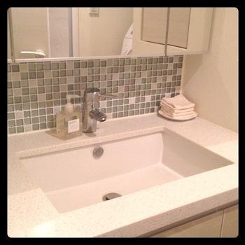 来客用の手拭きタオルとして。ハンカチサイズだから、洗面所に小さくたたんでおいておけば、さりげない気遣いに。