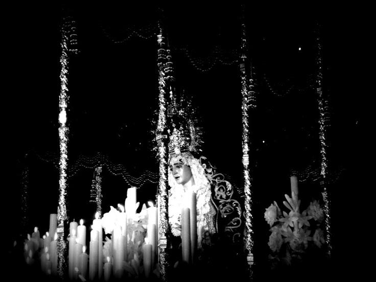 la virgen del refugio de San Bernardo. En semana santa de Sevilla