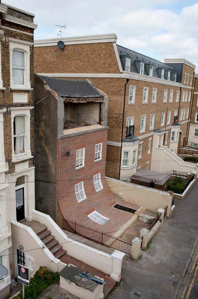 Façade d'un immeuble de la ville Margate semble glisser ou fondre dans le bitume. Telle est l'oeuvre du designer Alex Chinneck #insolite #architecture