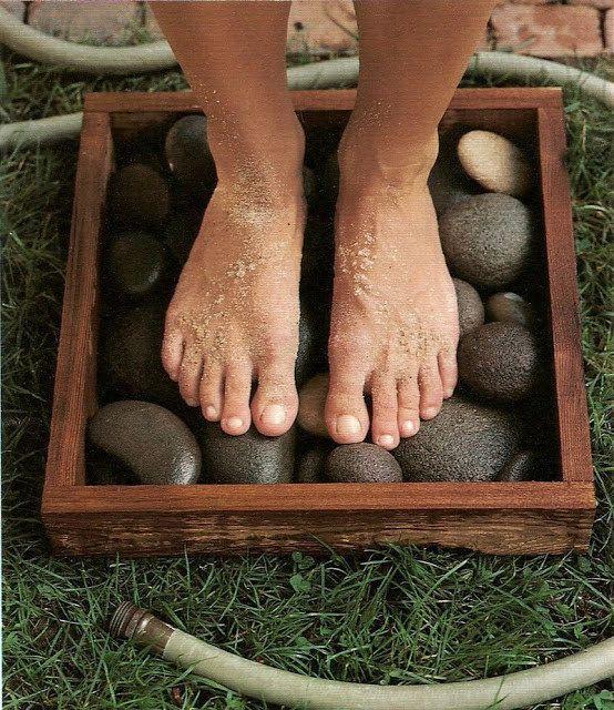 Lave seus pés sujos numa moldura à prova d'água cheia de pedras lisas. | 51 soluções econômicas e geniais que você pode fazer em seu quintal