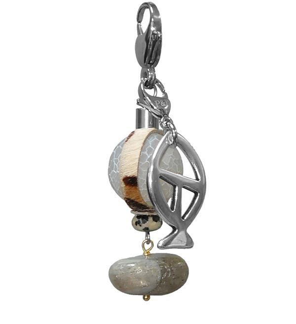 Pimps & Pearls bedel Tiger Fish. Deze hanger heeft een ronde steen met daar omheen een leren bandje. Alle bedels worden met de hand gemaakt en zijn dus uniek. Combineer je bedel met een Moesss armband/ketting of de Moesss2 ketting. Pimps&Pearls maakt al haar sierraden en bedels in eigen atelier en gebruikt daarvoor enkel en alleen eerlijke en natuurlijke materialen zoals edelsteen, hout, bone, hars, schelp, koper en edelstaal.