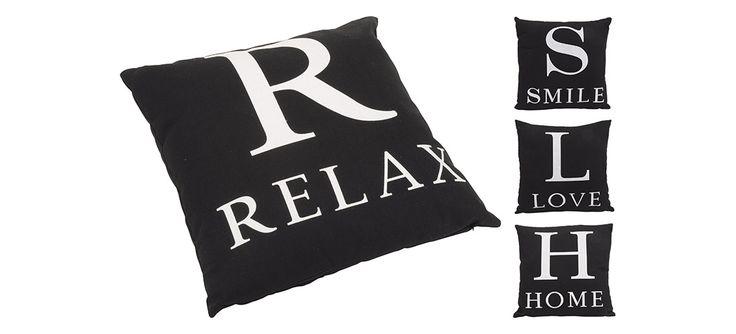 Dekoracyjne poduszki z napisami: relax, smile, love, home. Dzięki nim wnętrze nabierze domowego charakteru.