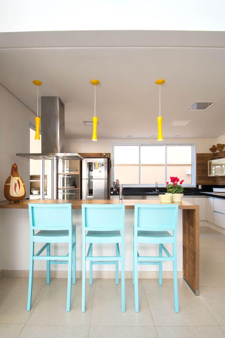 Cozinha com bancada integradas com a sala. Projeto de Carmem e Cristina da Architectari.