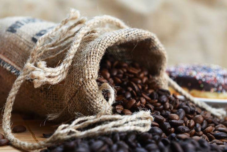 """Ada banyak metode dalam menyangrai kopi. Salah satunya adalah torrefacto. PERNAHKAH kamu melihat biji kopi berwarna hitam mengkilap? Jika pernah, mungkin saja itu biji kopi yang disangrai dengan sebuah metode roasting bernama """"torrefacto"""". Biji-biji kopi tersebut bukanlah biji kopiyang di-roas…"""
