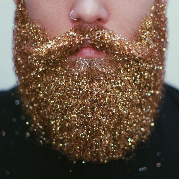 Pour Noël, la nouvelle tendance branchée, c'est de mettre des paillettes dans sa barbe !