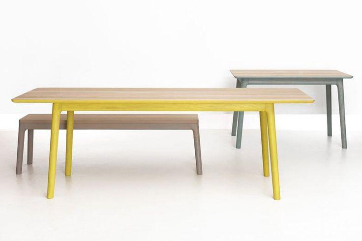 Zeitraum E8. Een houten tafel die opvalt door de extreme projecties aan elk uiteinde. http://www.meinema.nl/zeitraum/
