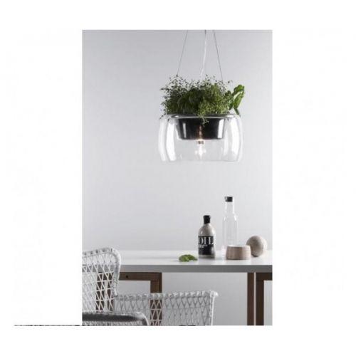 Ciekawa szklana lampa do nowoczesnego salonu, pokoju dziennego czy recepcji. Specjalnie wykonana komora umożliwia posadzenie w niej kwiatów, które sprawią że lampa poza fukcją oświetlenia spełni również funkcję ozdobną.
