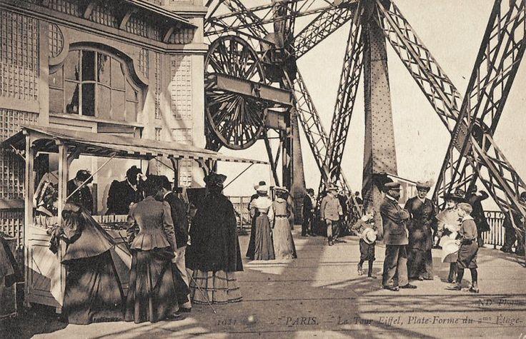 La plate-forme du deuxième étage de la Tour Eiffel... (vers 1900)