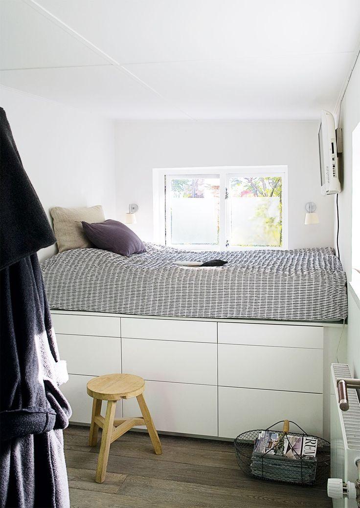 Soveværelset ligger i den anden sidefløj og er maksimalt udnyttet med en indbygget seng med praktiske opbevaringsskuffer under. Skuffeelementerne er køkkenelementer fra Ikea.