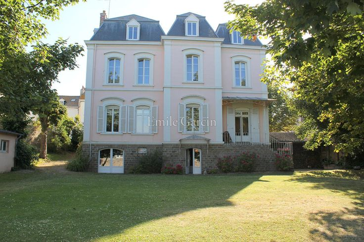 Saint-Malo - Saint-Servan - It is in full heart of town of you to discover this delightful property implanted in a closed park of walls. Ideally exposed it...